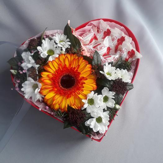 Цветы в коробке сердце с раффаело
