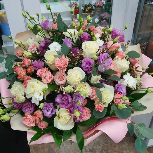 Шикарный букет с розами,лизиантусом и ароматной фрезией