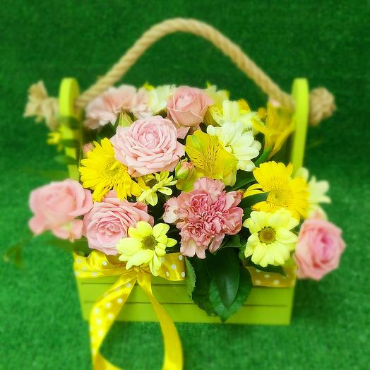 Деревянный ящик с цветами