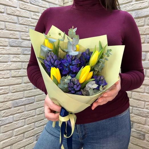 Букет из гиацинтов и желтых тюльпанов