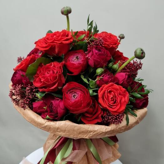 Love you. Страстный букет из ранункулюсов, кустовых роз и роз Эль Торро
