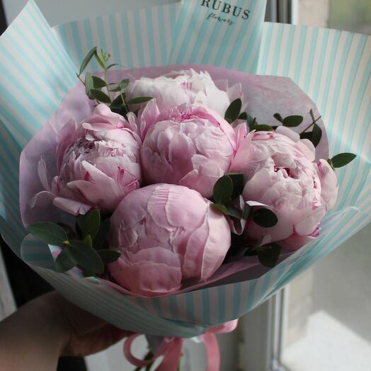 Крупные розовые пионы с эвкалиптом 💐