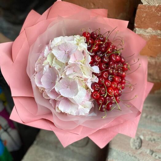 """Съедобный букет из ягод черешни и розовой гортензии в стильной упаковке """"Вишневый сад"""""""