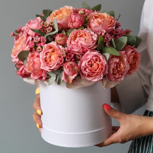 Композиция из пионовидных роз в шляпной коробке