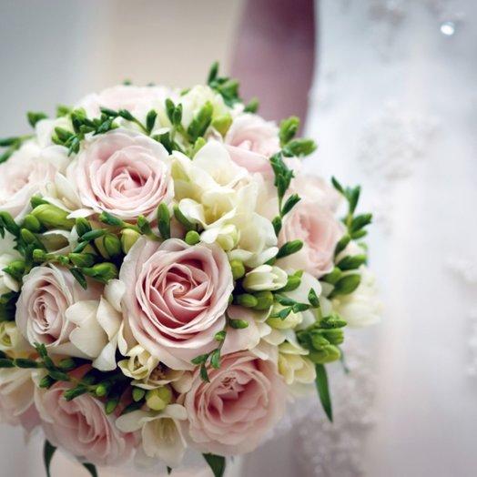 Букет невесты из нежно-розовых роз и фрезий