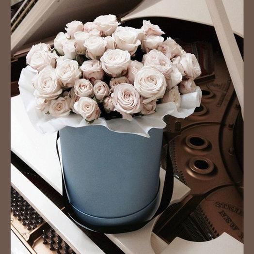 Кустовые розы в шляпной коробке: букеты цветов на заказ Flowwow