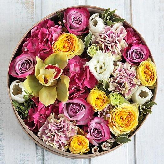Цветочный микс с орхидеей в круглой коробочке: букеты цветов на заказ Flowwow