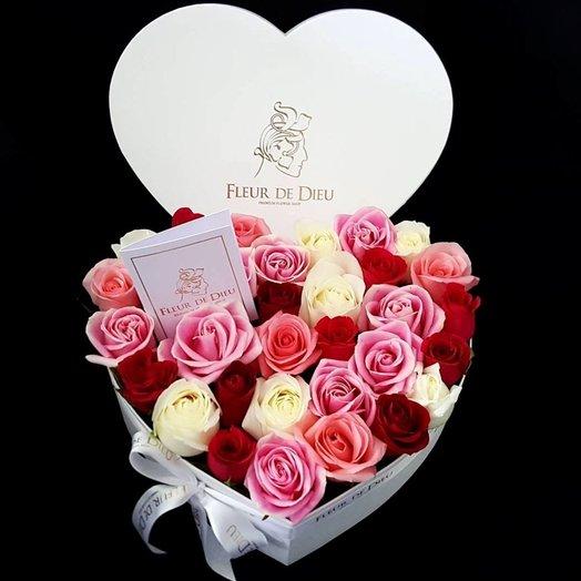 ЦВЕТЫ В КОРОБКЕ СЕРДЦЕ С РОЗАМИ MIX: букеты цветов на заказ Flowwow