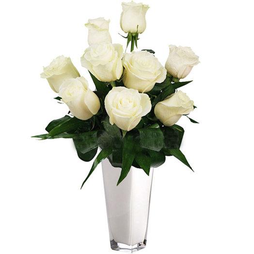 Оригинальный букет из 9 белых роз с зеленью