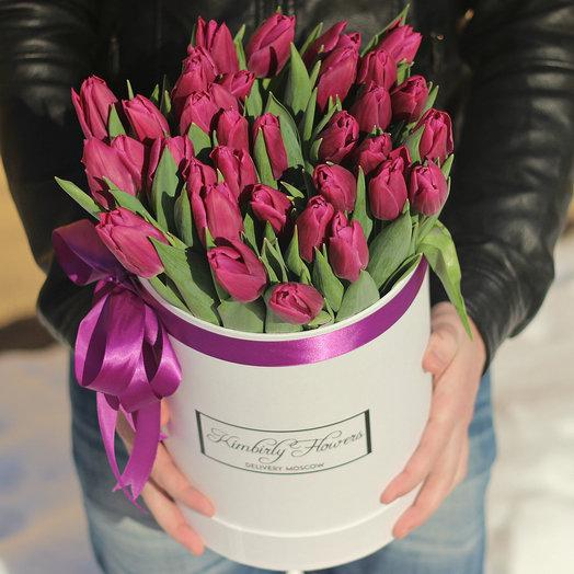Фиолетовые тюльпаны в белой коробке: букеты цветов на заказ Flowwow