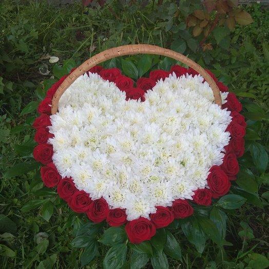 Красно-белое сердце: букеты цветов на заказ Flowwow