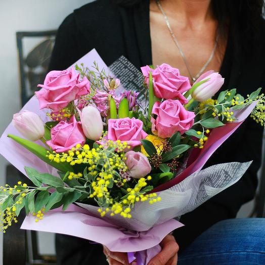 Весенний букет из роз, тюльпанов и мимозы