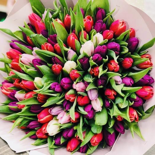 101 тюльпан в дизайнерской упаковке: букеты цветов на заказ Flowwow