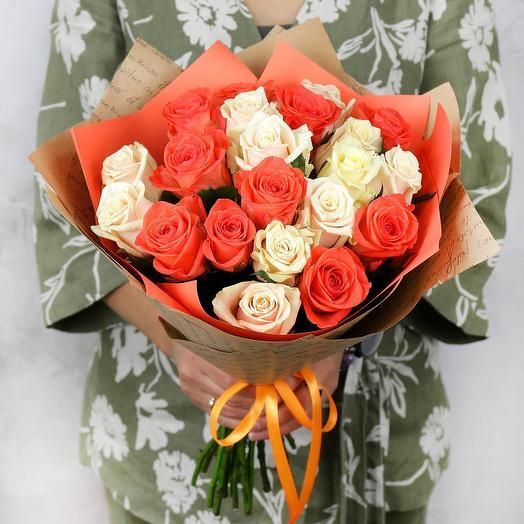 Букет из 21 кремовой и оранжевой розы: букеты цветов на заказ Flowwow