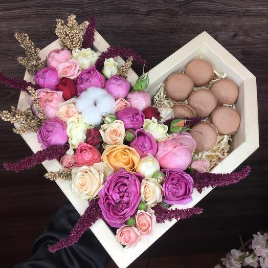 Сердце с макаронсами: букеты цветов на заказ Flowwow