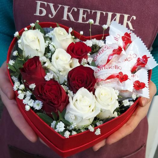 Розы и конфеты в коробке сердце: букеты цветов на заказ Flowwow