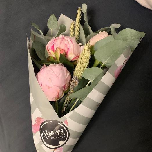 Букет с пионами и эвкалиптом: букеты цветов на заказ Flowwow
