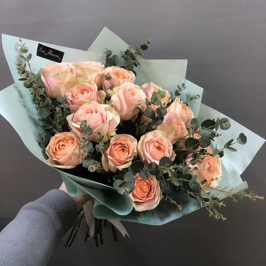 Стильный букет роз с эвкалиптом: букеты цветов на заказ Flowwow