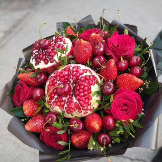 Букет  Клубника , гранат, черешня , розы