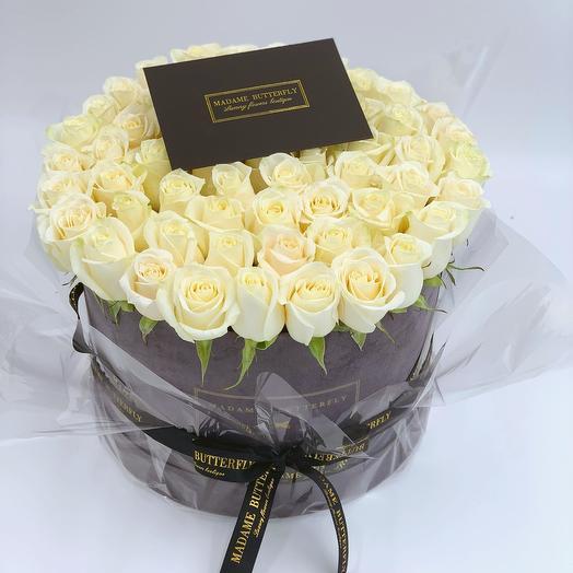 Люкс Вельвет серый. 65 белых роз