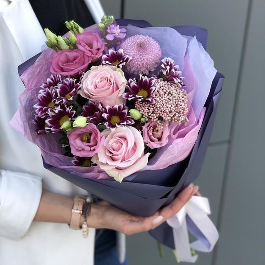 Букет из роз, хризантемыи эустомы Весенний поцелуй