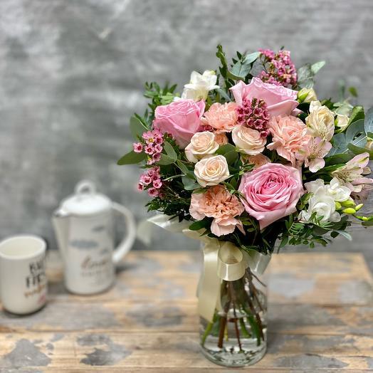 Букет с французскими розами и гвоздиками в стеклянной вазе
