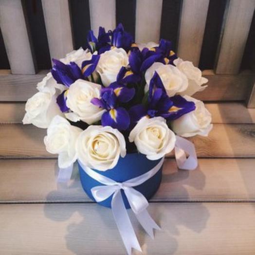 Шляпная коробка 15 белых роз и 7 синих ирисов