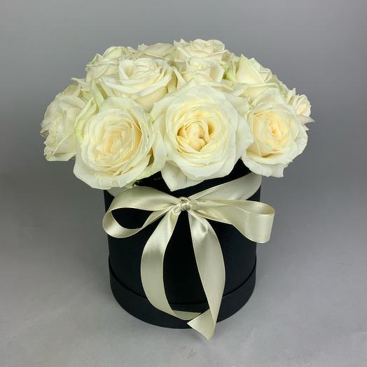 """Коробка """"Белые розы в чёрном"""""""