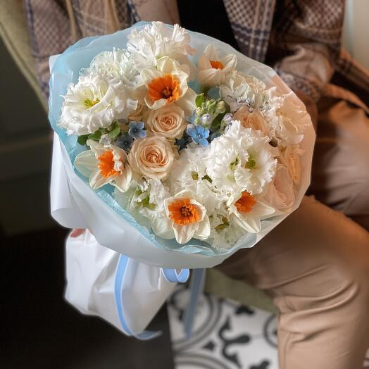 Букет Золушка из нарциссов, оксипеталума, диантуса и роз