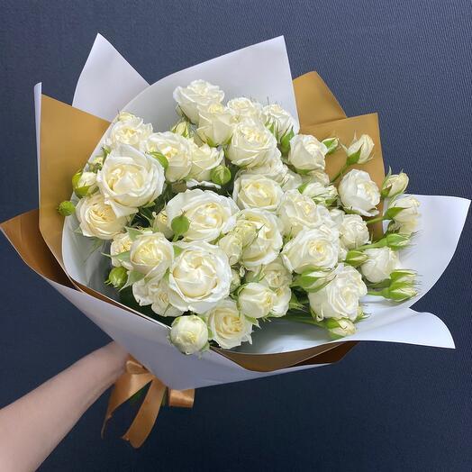 5 белых кустовых роз