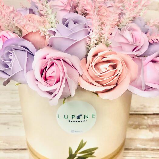 Нежный букет из 33 мыльных роз в шляпной коробке