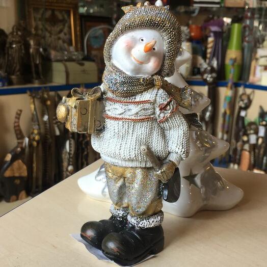 Снеговик в шарфе высокий