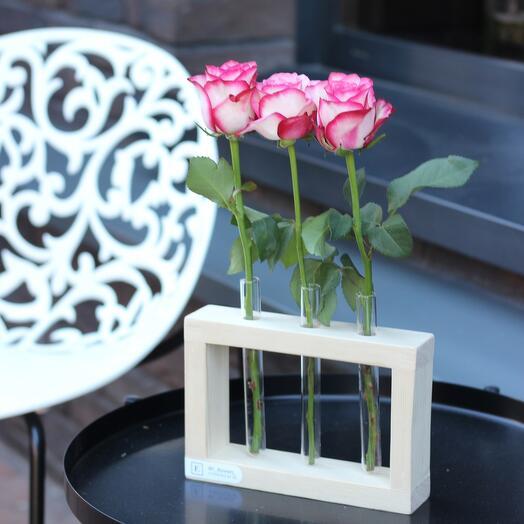 Ваза с колбами и 3 розами