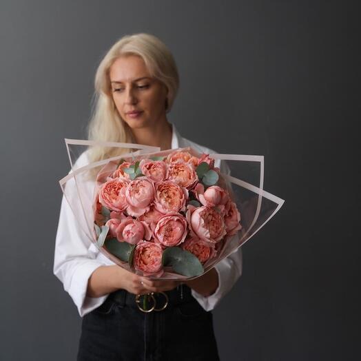Пионовидная  роза сорта Джульетта с веточками  эвкалипта