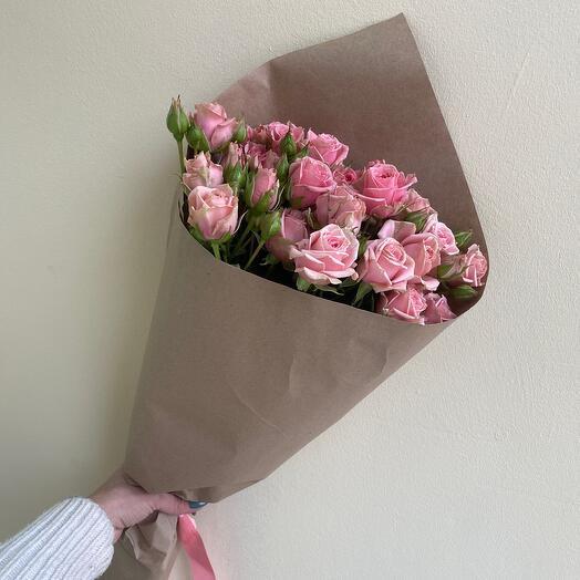 Букет из кустовой розы в крафте