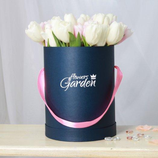 51 тюльпан в синей шляпной коробке: букеты цветов на заказ Flowwow