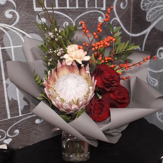 Букет с розами и королевской протеей: букеты цветов на заказ Flowwow