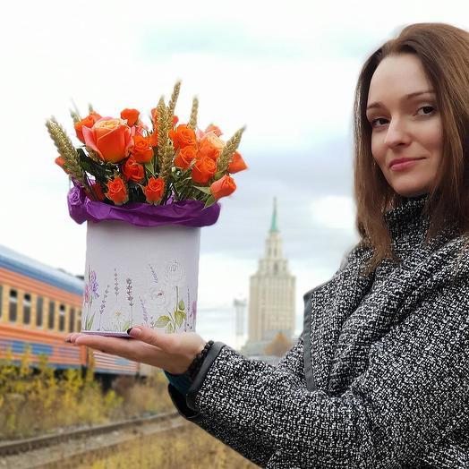 Яркая композиция из кустовой розы с пшеницей в шляпной коробке: букеты цветов на заказ Flowwow