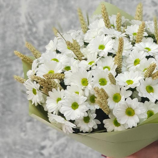 Летний букет из кустовых хризантем и пшеницы