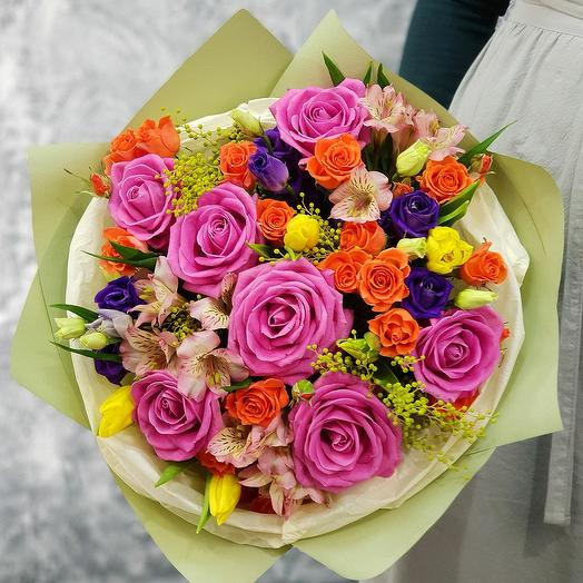 Яркий букет из роз, альстромерии и тюльпанов