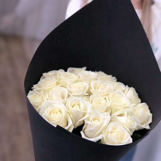 Розы белые в стильной упаковке: букеты цветов на заказ Flowwow