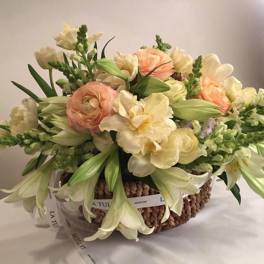 Лилии сорта White Heaven и Ранункулюсы в плетёной корзине: букеты цветов на заказ Flowwow
