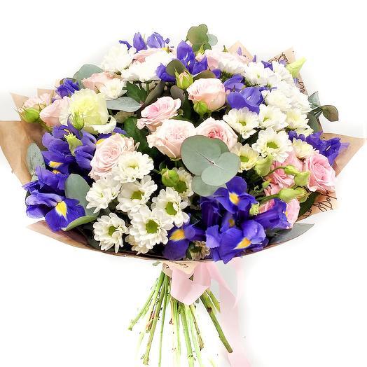 Букет с ирисами и кустовой розой