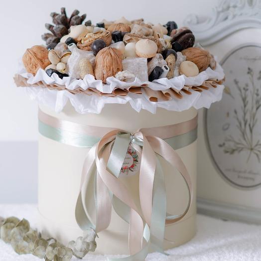 Шляпная коробка с орехами и сладостями: букеты цветов на заказ Flowwow