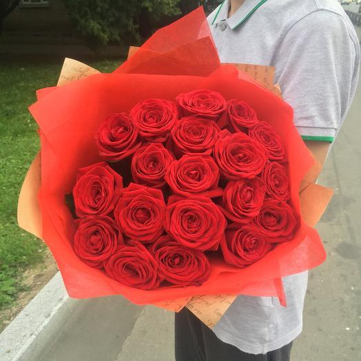 19 красных роз в дизайнерской упаковке: букеты цветов на заказ Flowwow