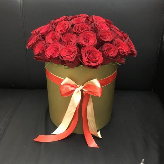 39 красных роз в золотой шляпной коробке: букеты цветов на заказ Flowwow