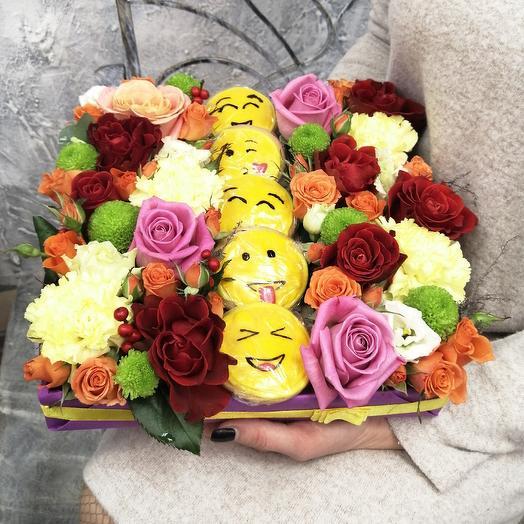 Коробка из с цветами и печеньем ручной: букеты цветов на заказ Flowwow
