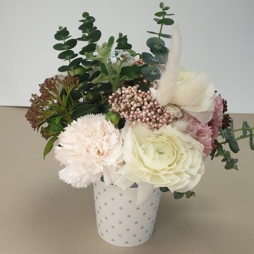 Мини стаканчик с ранункулюсами: букеты цветов на заказ Flowwow