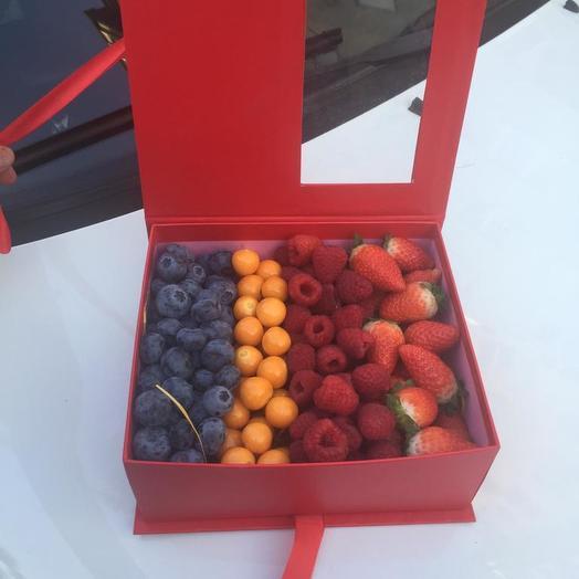 Коробка с ягодами