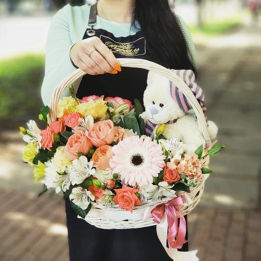 Корзина цветов и медвежонок